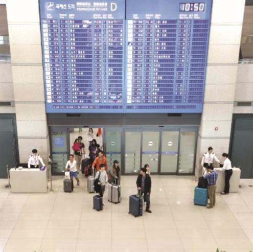 해외에서 입국한 여행객들과 외국인 관광객들로 인천국제공항 입국장이 붐비고 있다. 2016년 연간 해외출국자수가 사상 최초로 2000만명을 돌파했다.<뉴시스><br>