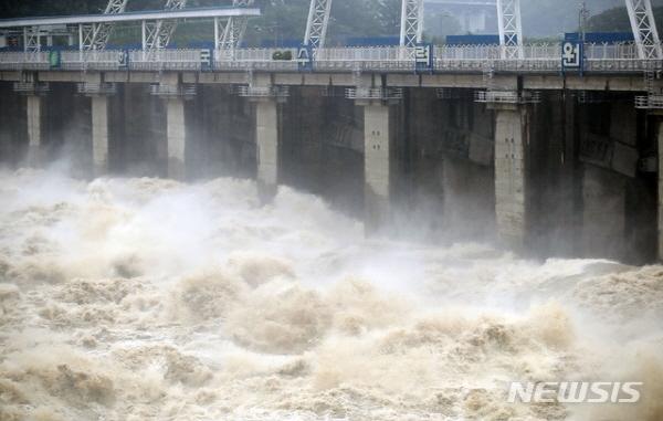 중부지방 집중호우에 따라 수위조절을 위해 수문을 연 팔당댐에서 초당 1000톤이 넘는 물이 방류되고 있다. 뉴시스