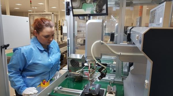 LS전선 폴란드 사업장에서 직원이 전기차 배터리용 부품을 점검하고 있다.LS