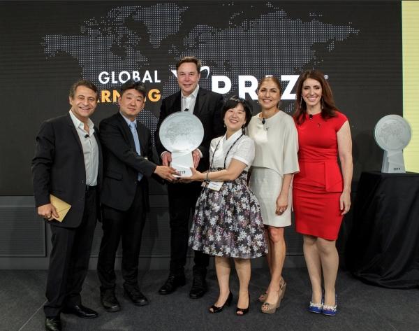 SK㈜가 지난해 임팩트 투자한 에누마의 이수인(오른쪽 세 번째) 대표가 '글로벌 러닝 엑스프라이즈(Global Learning XPRIZE)'에서 우승한 뒤 기념촬영을 하고 있다.