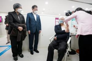 이제는 '백신의 시간', 11월엔 마스크 벗을 수 있을까